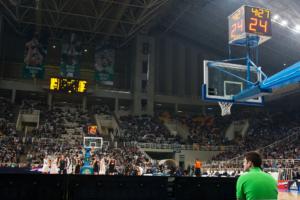ηλεκτρονικός πίνακας αποτελεσμάτων και ηλεκτρονικά χρονόμετρα σε κλειστό γυμναστήριο μπάσκετ